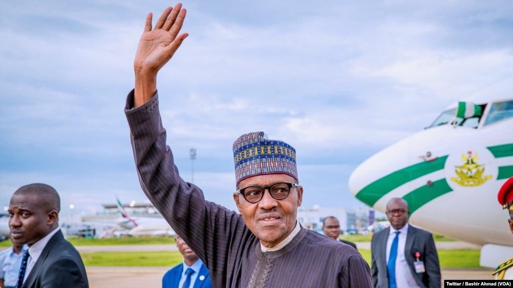 Le président nigérian Muhammadu Buhari salue à descente d'avion, de retour des vacances du Royaume-Uni, à Abuja, Nigeria, 18 août 2018. (Twitter/Bashir Ahmad)