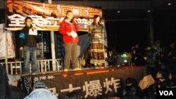 「保衛香港自由聯盟」在民陣「倒梁」遊行的終點,香港特區政府總部外舉行集會,並有示威者紥營通宵留守。 (美國之音 湯惠芸拍攝)