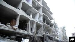 ຮູບພາບນີ້ ທີ່ນໍາອອກແຜ່ຜາຍໂດຍ ແຫລ່ງຂ່າວ SANA ຂອງ ລັດຖະບານຊີເຣຍ ສະແດງໃຫ້ເຫັນ ຕຶກຫັກພັງຈາກການວາງ ລະເບີດລົດ ໃນກຸງ Damascus.