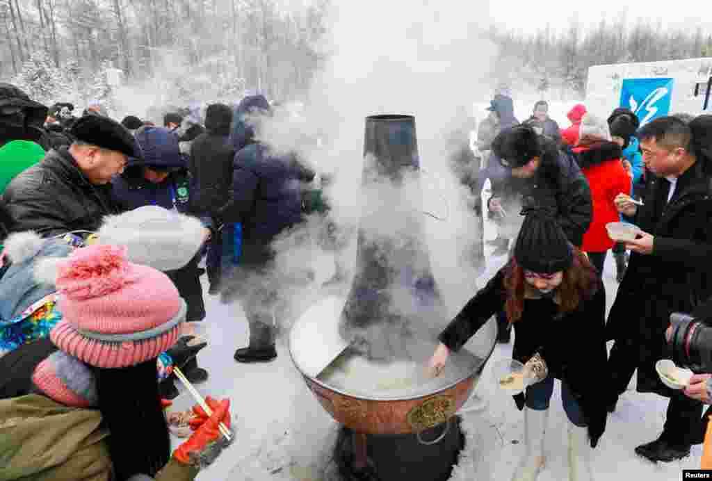 ភ្ញៀវទេសចរបរិភោគស៊ុបអំឡុងសីតុណ្ហភាពក្រោមសូន្យនៅក្នុងទិវា «Pole of Cold» ក្នុងទីក្រុងGenhe ខេត្ត Inner Mongolia ប្រទេសចិនកាលពីថ្ងៃទី២៥ ខែធ្នូ ឆ្នាំ២០១៨។