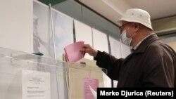 Arhiva - Glasanje na izborima u Beogradu, tokom pandemije koronavirusa, 21. juna 2020. (Foto: Rojters, Marko Đurica)
