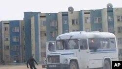 12月16号,扎瑙津市一名抗议者躲避警车的追捕