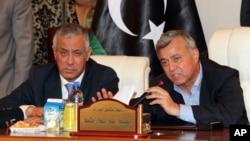 PM Libya Ali Zidan (kiri) memberikan keterangan dalam konferensi pers setelah dibebaskan penculik bersenjata yang menahannya selama beberapa jam di Tripoli, Libya (10/10).