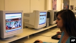 麦杜高中学生在上网学习