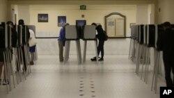 Personas emitiendo su voto en la Municipalidad de San Francisco el 7 de junio del 2016.