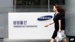 Logo Samsung C&T Corp. di kantor pusatnya di Seoul, Korea Selatan.