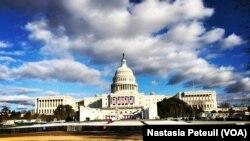 Le Congrès est prêt à recevoir le président élu Donald Trump pour son investiture, à Washington DC, le 18 janvier 2017. (VOA/ Nastasia Peteuil)
