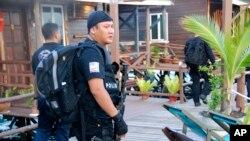 Polisi bersenjata Malaysia berjaga-jaga di resor Singmata Adventures and Reef setelah razia oleh pemberontak Filipina di Semporna, negara bagian Sabah, Malaysia, Kamis, 3 April 2014. (Foto:dok.)