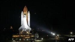 Шаттл Endeavour на стартовой позиции в космическом центре имени Кеннеди во Флориде