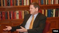 Ông Phil Robertson, Phó Giám đốc phụ trách Châu Á thuộc Human Rights Watch nói 'Việc Hà Nội phạt tù một người dân dùng Facebook đòi công lý về tội 'lợi dụng quyền dân chủ xâm phạm lợi ích nhà nước' phơi bày cho thế giới thấy các chính sách nhân quyền của Việt Nam đã phá sản'.