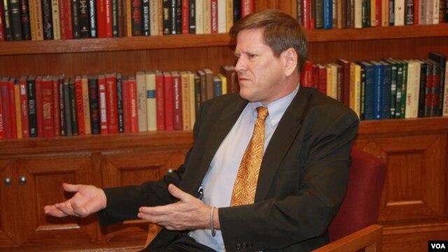 Ông Phil Robertson, Phó Giám đốc của Human Rights Watch phụ trách khu vực Châu Á đến thăm VOA