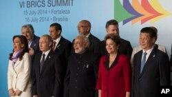 Các nhà lãnh đạo khối BRICS gồm Brazil, Ấn Độ, Trung Quốc và Nam Phi, công bố thành lập một ngân hàng phát triển mới với số vốn 100 tỷ đôla.