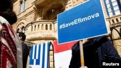Activistas de la sociedad civil protestan afuera de la Embajada de Grecia en Ta'Xbiex, Malta, el 27 de marzo de 2018, para pedir al gobierno griego que de asilo político a Maria Efimova, una exempleada del Banco Pilatus que proporcionó información relacionada con el asesinato de la periodista de investigación Daphne Caruana Galizia en 2017.