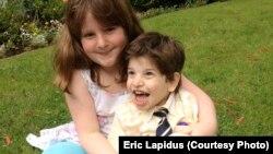 Hai chị em Sadie và Calvin Lapidus tại nhà ở California.