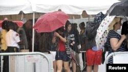 Người dân đi qua một chốt an ninh ở Đài Tưởng niệm Washington vào ngày Độc lập ở thủ đô Washington, 4/7/2015.