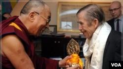 En diciembre de 2011, Havel se reunió con el Dalai Lama para conversar sobre derechos humanos y su estado de salud.