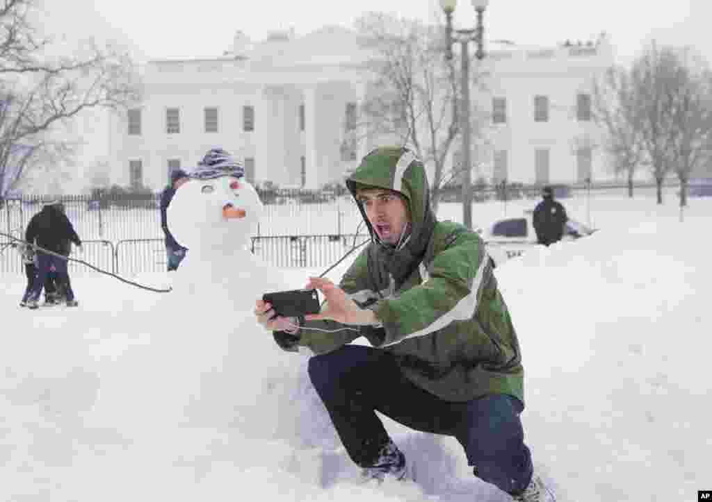 Селфі зі сніговиком навпроти Білого дому у Вашингтоні.