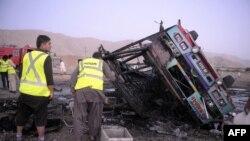 Hiện trường sau một vụ nổ bom ở quận Mastung, khoảng 25 km phía nam Quetta.