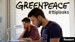 Le groupe Greenpeace tient un centre d'information sur le TTIP à Berlin, Allemagne, le 2 mai 2016.