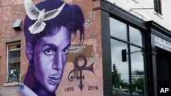 Fans del desaparecido artista se vistieron de morado para celebrar el Día de Prince.