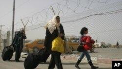 이집트에서 라파 통로를 지나 봉쇄된 가자 지구로 돌아오는 팔레스타인인들의 모습.