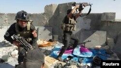 Các thành viên lực lượng an ninh Iraq chiến đấu với các phiến quân ISIL tại thành phố Ramadi, ngày 19/6/2014.