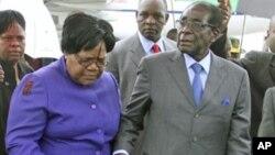 Zimbabwean President Robert Mugabe (R) with Vice President Joice Mujuru (L). (File Photo)