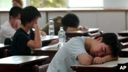 准备参加大学入学考试的台北考生在教室小憩 (资料照)