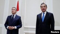 加拿大外長商鵬飛(左)和中國外長王毅在羅馬舉行會晤。(2020年8月25日)