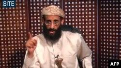Ảnh do SITE Intelligence Group phổ biến ngày 8 tháng 11, 2010: Giáo sĩ Anwar al-Awlaki trong một đoạn video được đăng trên các trang web cực đoan