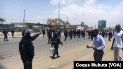 Polícia e manifestante em Luanda