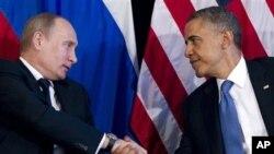 美国总统奥巴马与俄罗斯总统普京2012年6月18日在墨西哥举行的20国峰会上握手。(照片来源:美联社)