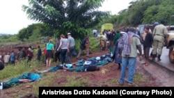 Los cuerpos de los niños fueron alineados sobre el pavimento, con las caras cubiertas. Aparentemente vestían el uniforme escolar.