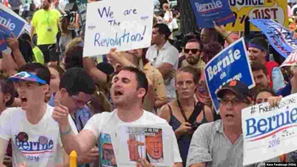 Apoiantes de Bernie Sanders protestam no exterior do estádio onde ocorre a Convenção Nacional Democrata em Filadélfia