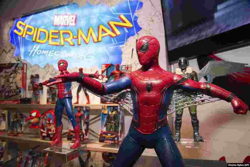 """美国国际玩具博览会上为配合影片《蜘蛛侠:英雄归来》( """"Spider-Man: Homecoming"""" )制作的蜘蛛侠玩具(2017年2月) 。这部电影将在7月上映。"""