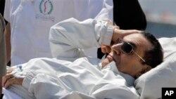 Mısır'ın 84 yaşındaki eski lideri, Kahire'deki duruşmaya hastane sedyesiyle getirildi.