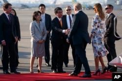Presiden Donald Trump dan Ibu Negara Melania Trump disambut Menteri Luar Negeri Jepang Taro Kono dan istrinya, Kaori Kono, setibanya di Bandara Internasional Haneda, Tokyo, 25 Mei 2019.