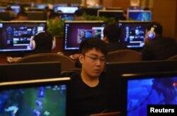 北京一家網吧裡的年輕人在玩電子遊戲。(2015年12月16日)