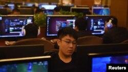 資料照:北京一家網吧裡的年輕人在玩電子遊戲。 (2015年12月16日)