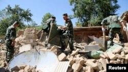 22일 지진이 발생한 중국 간쑤성 딩시시 피해지역에서 군인들이 수색 작업을 벌이고 있다.