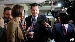 美国众议院情报委员会主席努涅斯2017年3月28日参加众议院议长保罗·瑞安主持的共和党每周例行会议。努涅斯抵达国会山时被众多记者围着采访。