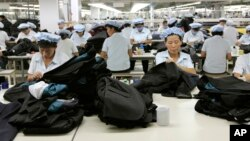 지난 2012년 9월 개성공단에 진출한 한국 의류업체 신원 공장에서 북한 근로자들이 양복을 만들고 있다. (자료사진)