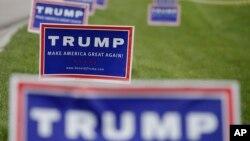 ປ້າຍໂຄວະນາ ຂອງທ່ານ Donald Trump ຜູ້ສະໝັກປະທານາປະທານາທິບໍດີ ສັງກັດພັກ Republican ໃນ Allen County War Memorial, 1 ພຶດສະພາ, 2016, ໃນ Fort Wayne, Indiana.