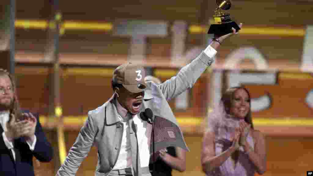 Chance, le rappeur américain accepte uh prix du meilleur nouveau artiste au Grammy Awards le 12 février 2017.