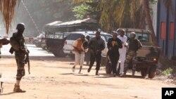 Warga setempat berlarian menyelamatkan diri dari hotel Radisson Blu Hotel di Bamako, Mali (20/11).