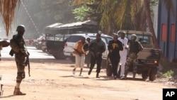 Mutane su na gudu daga hotel din Radisson Blu Hotel na Bamako, Mali, Jumma'a, Nov. 20, 2015.