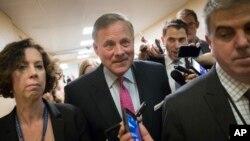 Des journalistes interviewent le président de la commission du Renseignement du Sénat, le sénateur Richard Burr, R-N.C., à Washington, le 10 mai 2017.