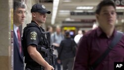 铁路警察守卫在纽约火车站入口(9月9日)