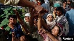 Những người ủng hộ giáo sĩ Hồi giáo Muhammad Tahir ul-Qadri xếp hàng nhận lãnh bánh quy được phân phối trong ngày thứ tư của các cuộc biểu tình tại Islamabad, ngày 17/8/2014.