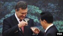 Presiden Ukraina, Viktor Yanukovich (kiri) mengadakan acara jamuan kehormatan bagi Presiden Tiongkok Hu Jintao (18/6).